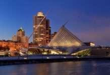 Milwaukee Art Museum at night